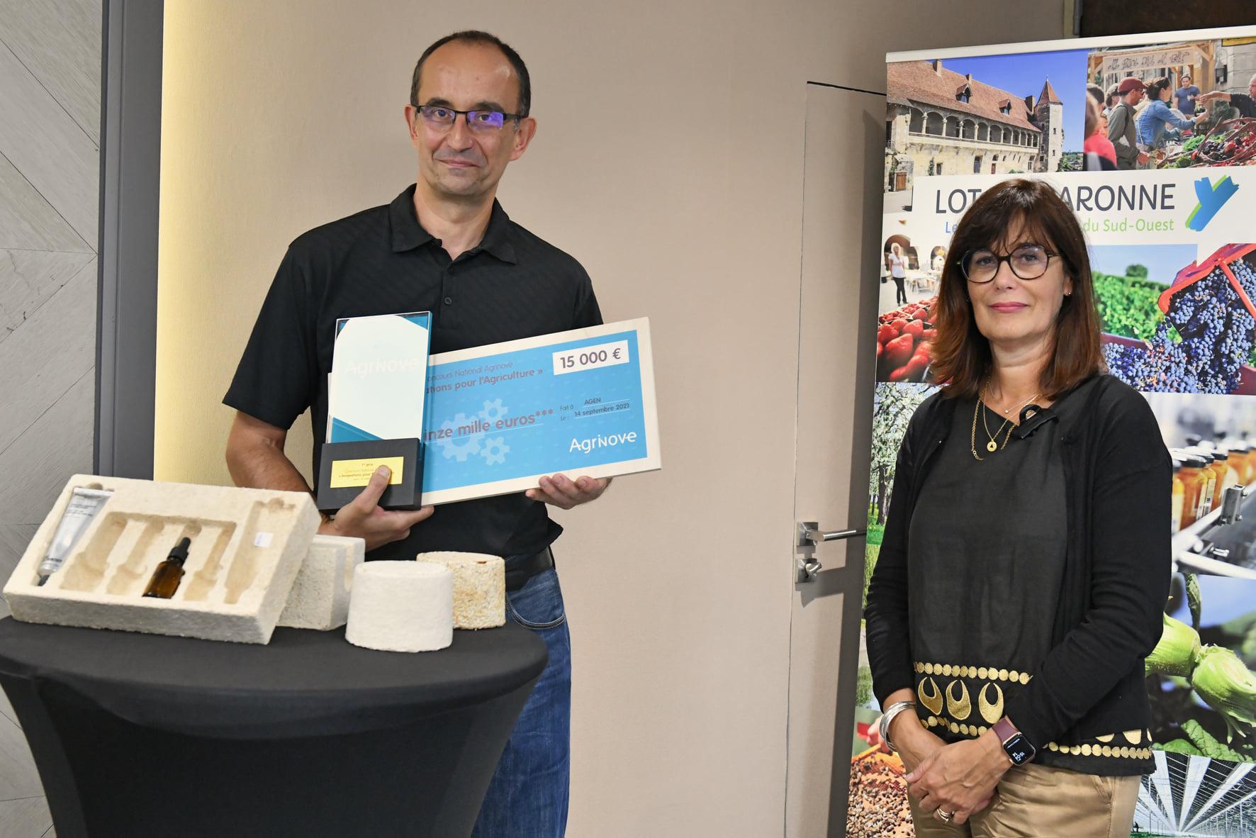 remise du 1er prix à Rémi LAURANT par Sophie Borderie, Présidente du Conseil départemental de Lot-et-Garonne