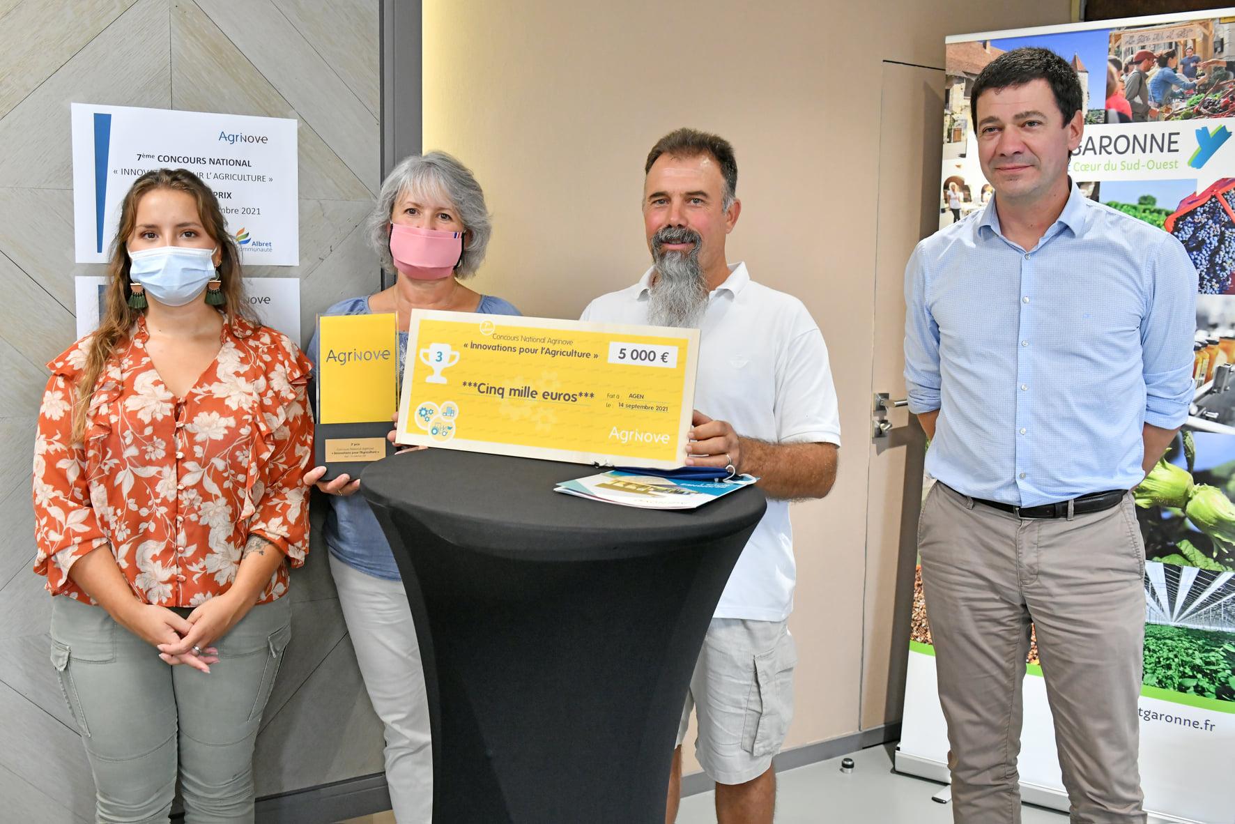 remise du 3ème prix à la famille Gatti par Nicolas Lacombe, président d'Agrinove